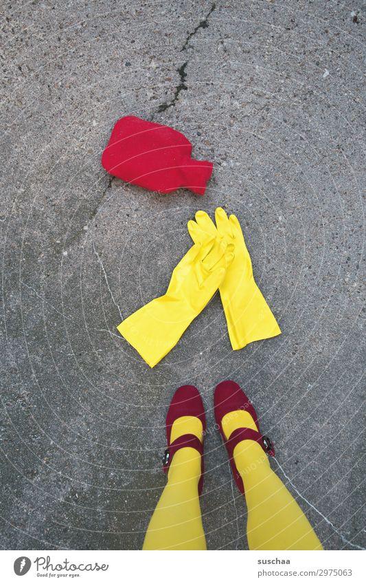 wärmflasche gefällig? Frau rot Winter Straße Beine Wärme gelb kalt Häusliches Leben dreckig Reinigen Mutter Asphalt skurril seltsam Handschuhe