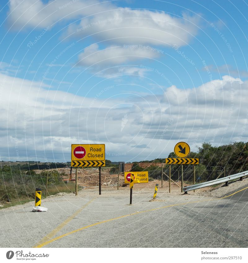 Sicher ist sicher Himmel Ferien & Urlaub & Reisen Pflanze Wolken Straße Horizont Verkehr Schilder & Markierungen Sträucher Schriftzeichen geschlossen