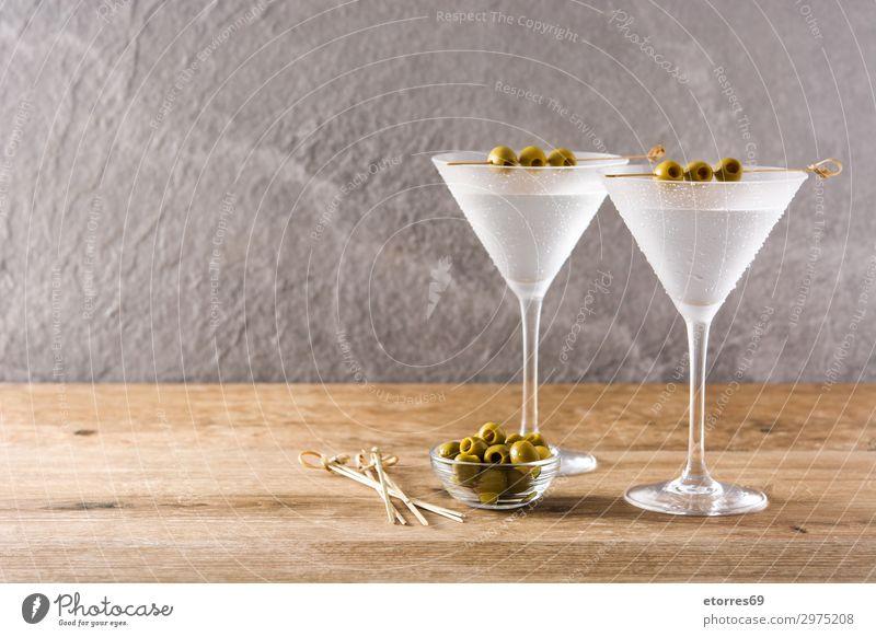 Klassische Trocken-Martini mit Oliven Getränk Alkohol elegant Tropfen frisch klassisch Cocktail trinken trocknen Glas liquide süß durchsichtig Wermut Vodka
