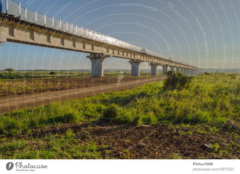 Blick auf das Viadukt der Nairobi-Eisenbahn nach Mombasa Park Bahnhof Brücke Architektur Verkehr Straße Autobahn Hochstraße modern grün Kenia Hintergrund