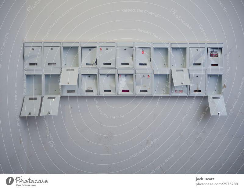 demoliert & ramponiert Wand Treppenhaus Sammlung Briefkasten Zeichen Schilder & Markierungen authentisch kaputt lang viele weiß Wandel & Veränderung