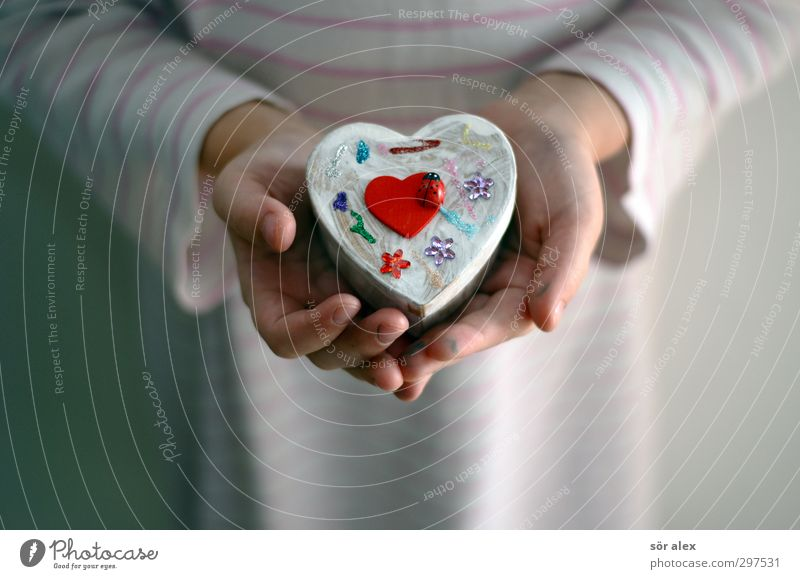 Handarbeit Mensch feminin Kind Kleinkind Finger 1 3-8 Jahre Kindheit Dose Schmuckkästchen Kästchen rot weiß Gefühle Freude Glück Lebensfreude Vorfreude schenken