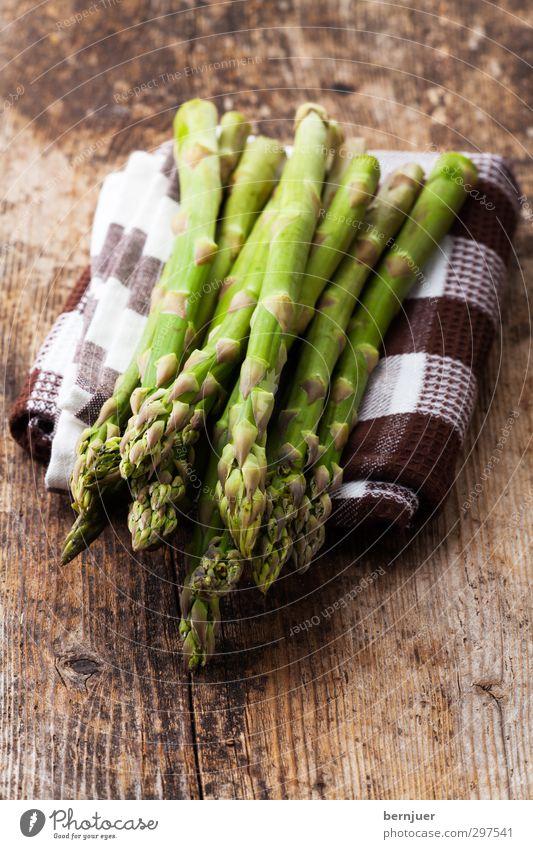 lecker Stängel Gemüse Bioprodukte Vegetarische Ernährung gut Spargel grün grüner Spargel roh Küchenhandtücher Holzbrett rustikal Stengel Frühlingsgemüse