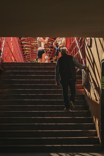 Aufgang Mensch maskulin feminin Junge Frau Jugendliche Männlicher Senior Mann 3 Kindergruppe 18-30 Jahre Erwachsene 60 und älter Stadt Stadtzentrum Altstadt