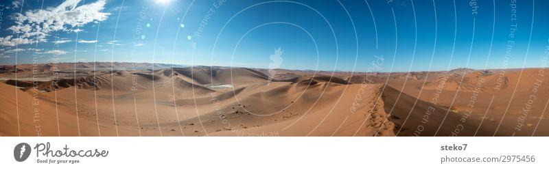 Sossusvlei Sand Wüste Namib heiß blau gelb orange Einsamkeit exotisch Horizont Unendlichkeit Wege & Pfade Ferne Düne Dürre Menschenleer Textfreiraum oben