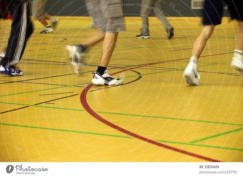 Hallensport Mensch gelb Sport laufen Turnschuh Sporthalle