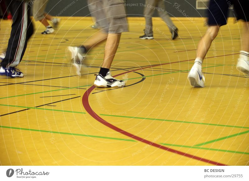 Hallensport Sporthalle Turnschuh gelb laufen Mensch Sportboden