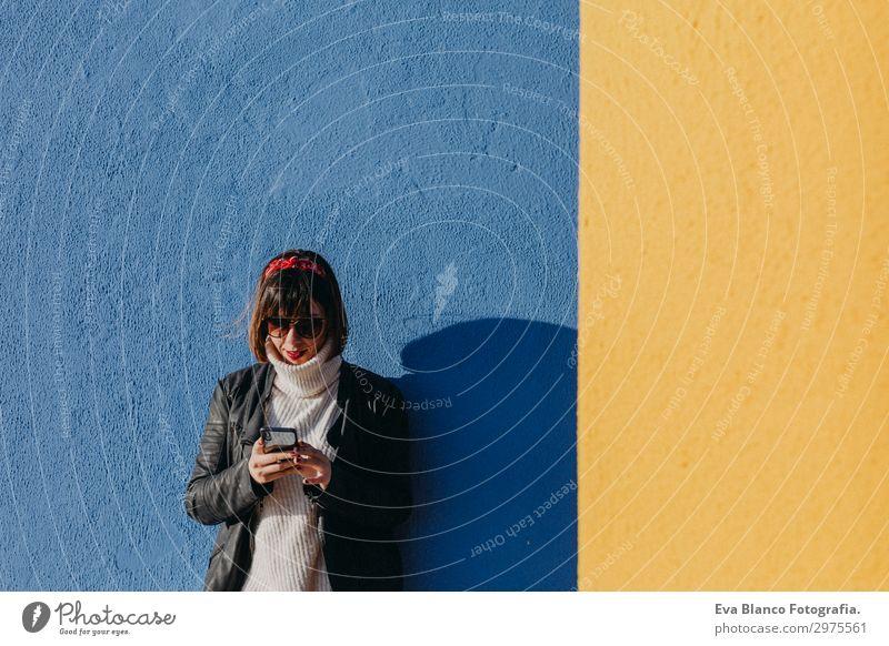 Frau Mensch Ferien & Urlaub & Reisen Jugendliche Junge Frau blau schön Sonne Freude schwarz 18-30 Jahre Lifestyle Erwachsene gelb Wand feminin