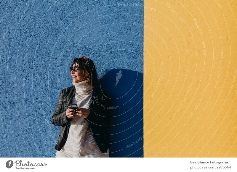 Frau Mensch Ferien & Urlaub & Reisen Jugendliche Junge Frau blau schön Sonne Freude 18-30 Jahre Lifestyle Erwachsene Herbst gelb Wand Frühling