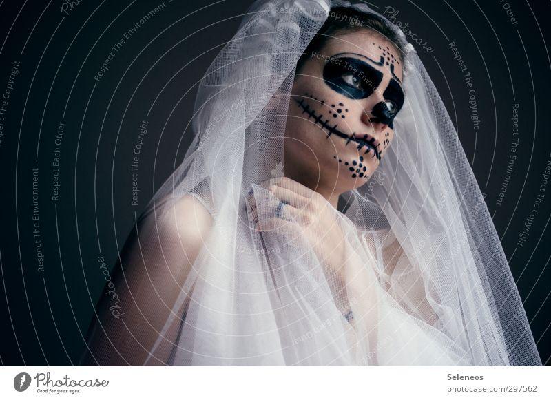 im Angesicht Karneval Halloween Mensch feminin Frau Erwachsene Körper Haut Kopf Gesicht Auge Nase Mund Hand 1 Accessoire Ring Zeichen Ornament gruselig nah