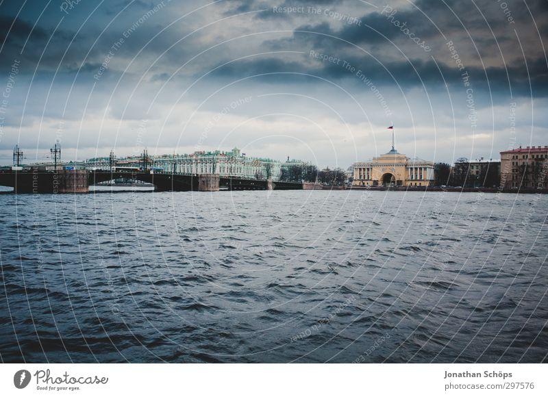 St. Petersburg II Russland Stadt Hafenstadt Stadtzentrum Altstadt bevölkert Haus Palast Brücke Bauwerk Gebäude Architektur blau Fluss Wasser Himmel trüb Wolken