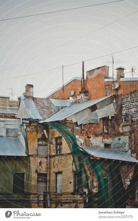 St. Petersburg V Russland Stadt Hafenstadt Stadtzentrum Altstadt bevölkert Haus Bauwerk Gebäude Architektur kalt Nebel grau trist trüb Farbfoto Außenaufnahme