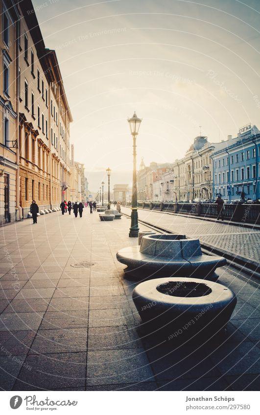 St. Petersburg VI Russland Stadt Hafenstadt Stadtzentrum Altstadt bevölkert Haus Bauwerk Gebäude Architektur kalt grau trist trüb Farbfoto Außenaufnahme Tag