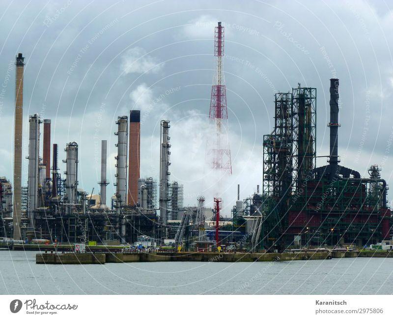 Raffinerie im Hafen Wissenschaften Arbeit & Erwerbstätigkeit Arbeitsplatz Fabrik Wirtschaft Industrie Handel Güterverkehr & Logistik Energiewirtschaft Wasser