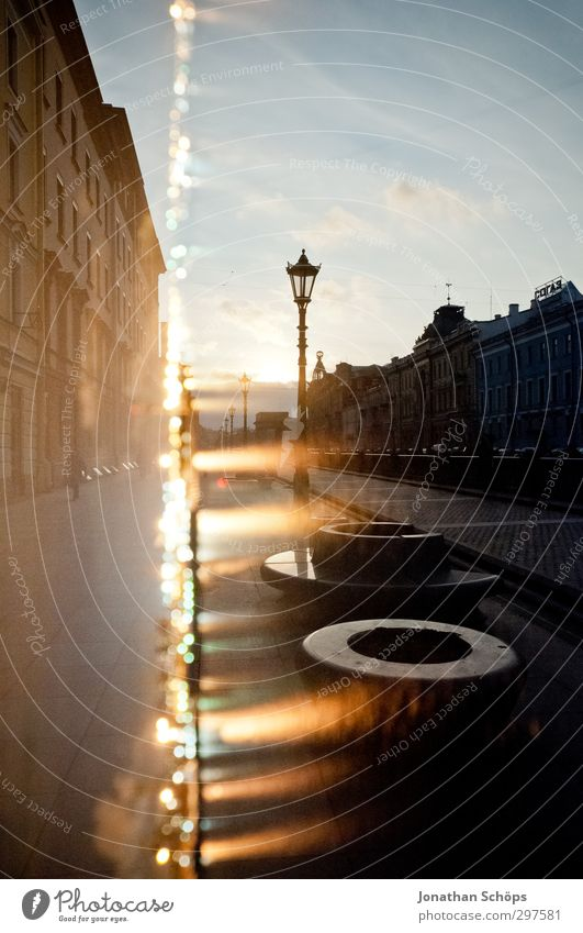 St. Petersburg VII Stadt Haus kalt Architektur Gebäude grau Beleuchtung leuchten trist Hoffnung Bauwerk Straßenbeleuchtung Stadtzentrum Doppelbelichtung Flucht