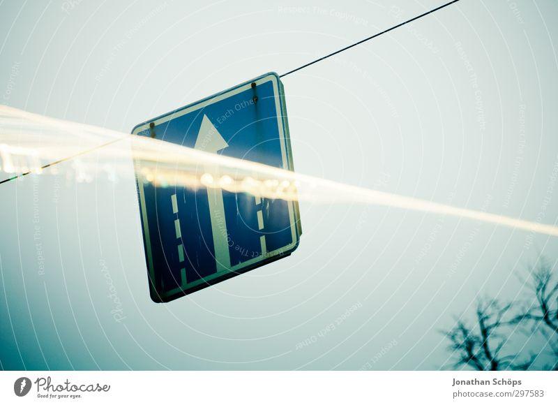Schild kreuzt Licht St. Petersburg Russland Stadt kalt grau trist trüb Farbfoto Außenaufnahme Tag Schwache Tiefenschärfe Straßennamenschild kreuzen