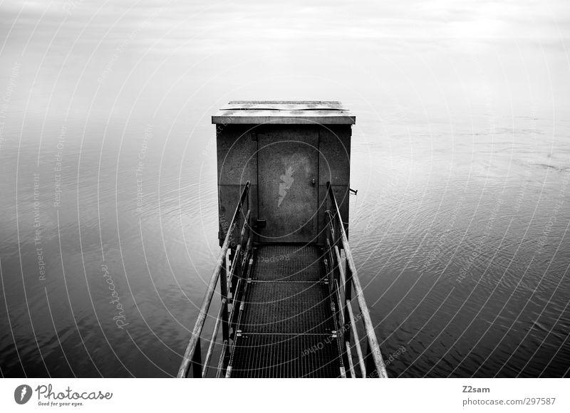 Catwalk Wasser Seeufer Flussufer Brücke Architektur dunkel eckig einfach Flüssigkeit gruselig kalt trashig Stadt ruhig Sehnsucht Fernweh Zufriedenheit