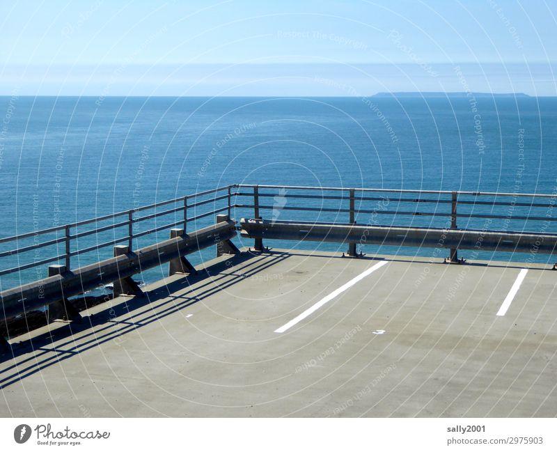Parkplatz mit Aussicht... Küste Meer Leitplanke Fahrbahnmarkierung Asphalt außergewöhnlich frei Unendlichkeit maritim ruhig Einsamkeit Horizont