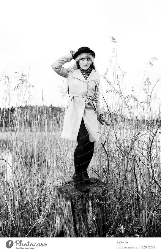 mary poppins Lifestyle elegant Stil feminin Junge Frau Jugendliche 1 Mensch 18-30 Jahre Erwachsene Natur Landschaft Frühling Sträucher Baumstumpf Schilfrohr