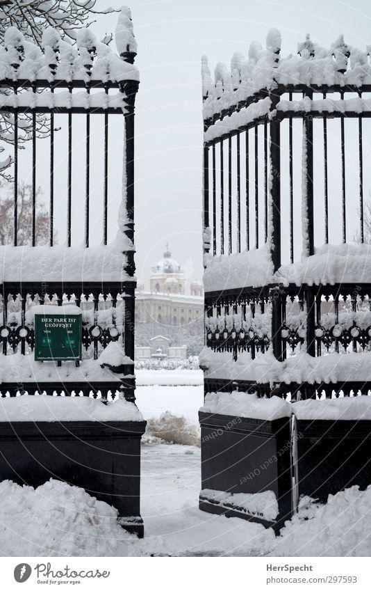 Durchgehend geöffnet weiß Winter schwarz kalt Schnee Gebäude grau Eis Park offen Schriftzeichen Hinweisschild Frost Tor Stadtzentrum Museum