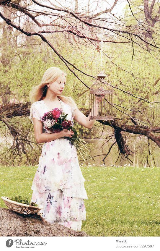 Märchenbraut schön Hochzeit Mensch feminin Junge Frau Jugendliche 1 18-30 Jahre Erwachsene Frühling Baum Blume Sträucher Park Wald Teich Kleid blond Kitsch