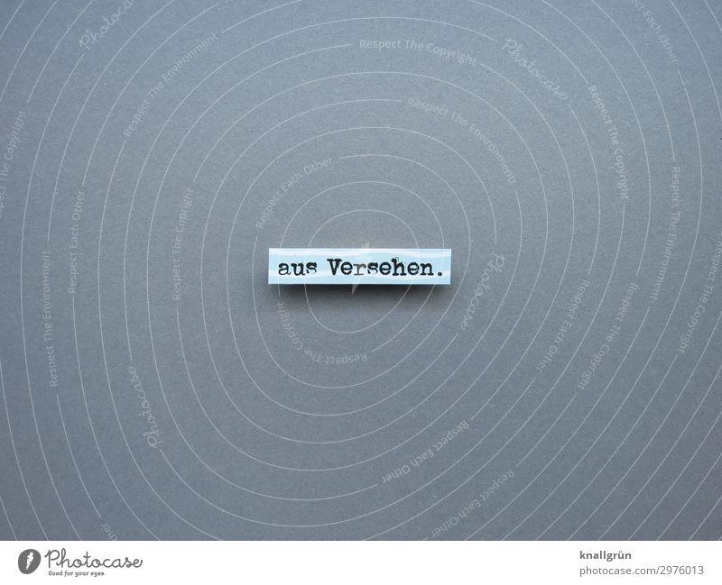 aus Versehen. Schriftzeichen Schilder & Markierungen Kommunizieren grau schwarz weiß Gefühle Überraschung unabsichtlich zufällig Farbfoto Studioaufnahme