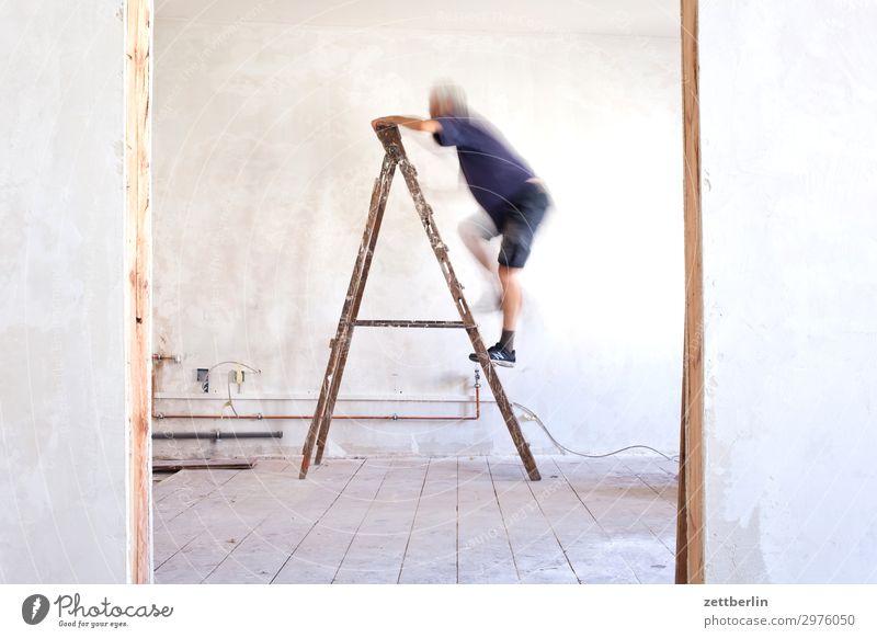 Leiter hoch (2) Mensch Mann Innenarchitektur Wand Mauer Häusliches Leben Wohnung Raum Tür Baustelle Klettern Karriere Renovieren Altbau aufsteigen