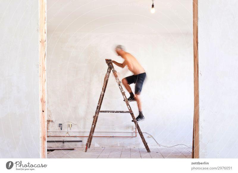 4999 Mensch Mann Wand Mauer Häusliches Leben Wohnung Raum Tür Baustelle Klettern Karriere Leiter Renovieren Altbau aufsteigen steil