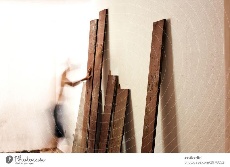 Brett aussuchen Mensch Mann Holz Innenarchitektur Wand Bewegung Textfreiraum Mauer Häusliches Leben Wohnung Raum Baustelle Bodenbelag Holzbrett Handwerk
