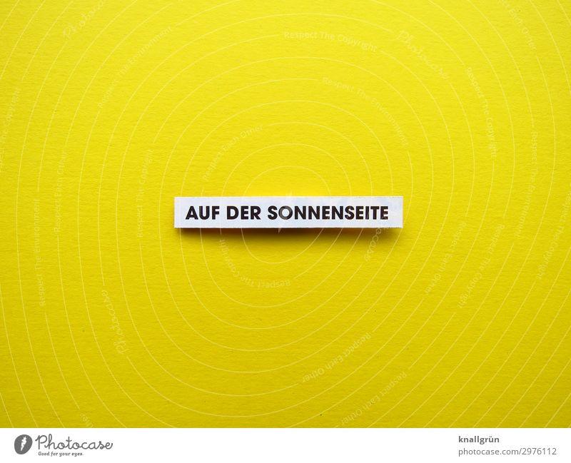 AUF DER SONNENSEITE Schriftzeichen Schilder & Markierungen Kommunizieren Glück hell positiv gelb schwarz weiß Gefühle Stimmung Freude Fröhlichkeit Zufriedenheit