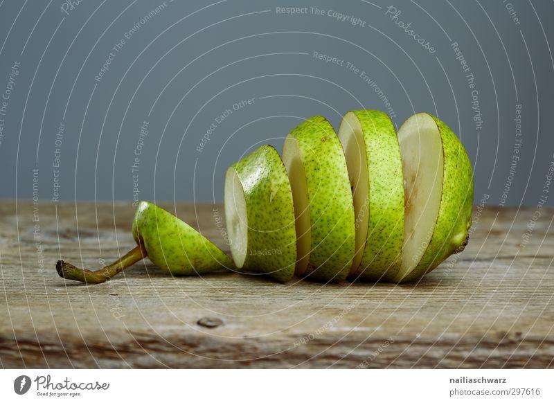 Birne grün schön Freude Traurigkeit grau Essen Gesundheit natürlich liegen Lebensmittel Frucht frisch Ernährung genießen Appetit & Hunger Bioprodukte