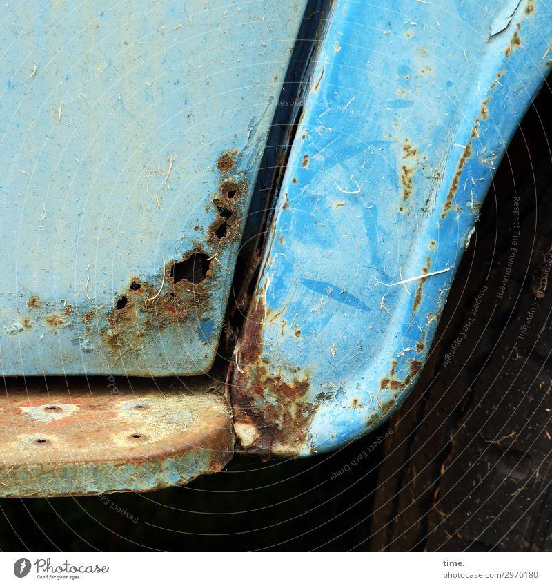 lost car (II) Autofahren Lastwagen Oldtimer Trittbrett Rost Metall Linie alt historisch kalt kaputt trashig blau Müdigkeit Erschöpfung Scham Nostalgie Verfall