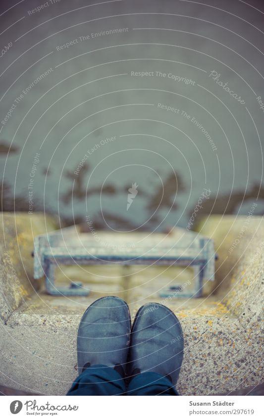 rømø | nah am Wasser Mensch Wand Mauer Schwimmen & Baden Beine springen Fuß Schuhe Treppe bedrohlich Sicherheit Risiko Anlegestelle Selbstmord Gummistiefel