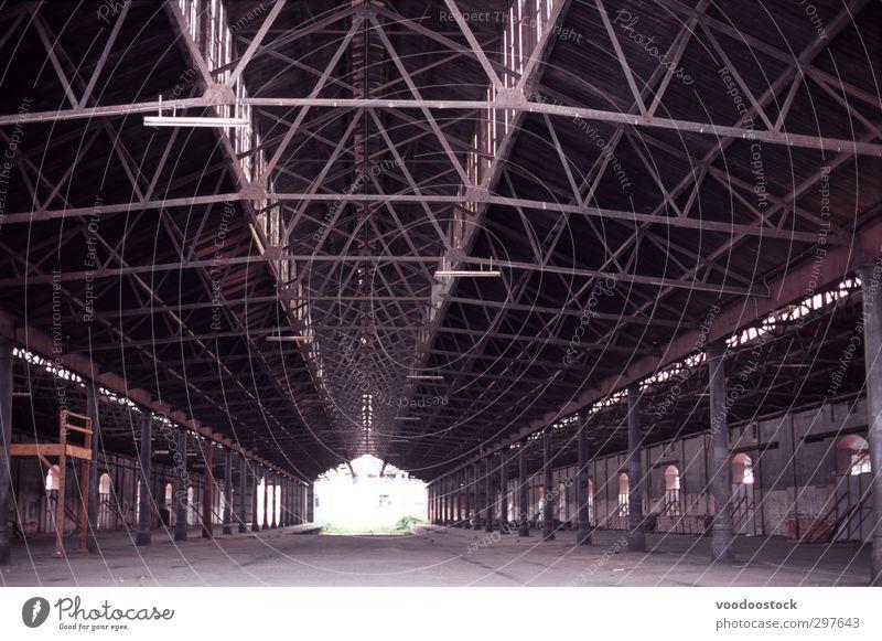 Leeres altes Lagerhaus Industrie Industrieanlage Fabrik Bauwerk Gebäude Lagerhalle dreckig braun Ende Schwerpunkt Verfall Vergangenheit leer Baracke bedeckt