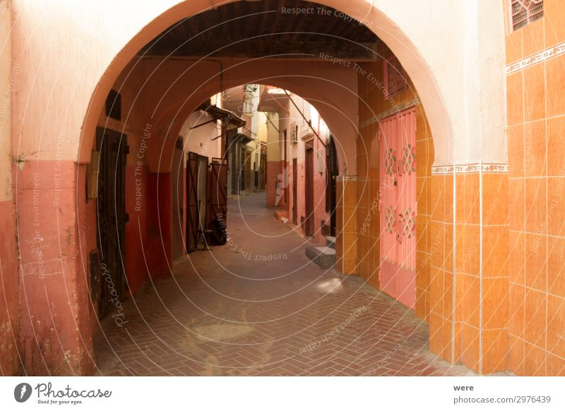 Archway in an alley in the old city of Tangier in Morocco rot Haus Wand Mauer orange Tür Romantik Coolness