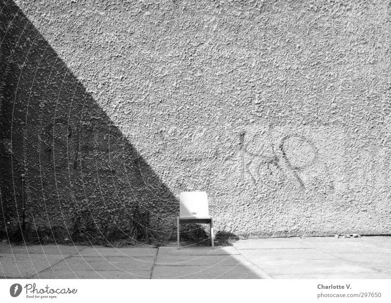 Stuhl Mauer Wand Beton Holz Schriftzeichen Graffiti stehen einfach retro grau schwarz weiß ruhig authentisch standhaft bescheiden Neugier Einsamkeit einzigartig
