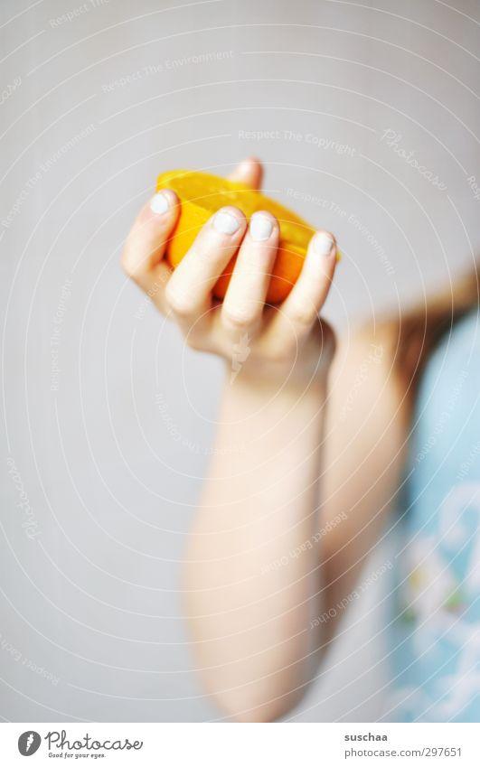 vitamin c Mensch Kind Hand Mädchen Gesundheit orange Kindheit Haut Arme Orange frisch Finger 8-13 Jahre saftig Saft Vitamin C