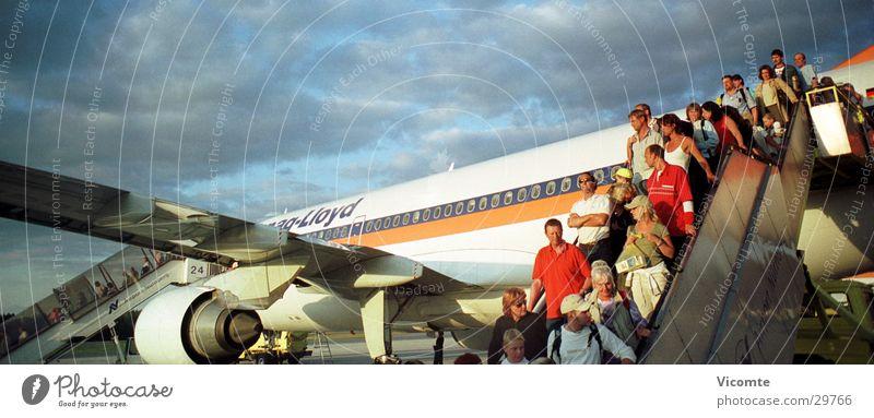 Ferienflieger Flugzeug groß Luftverkehr Flughafen Passagier Gangway Bayern Nürnberg