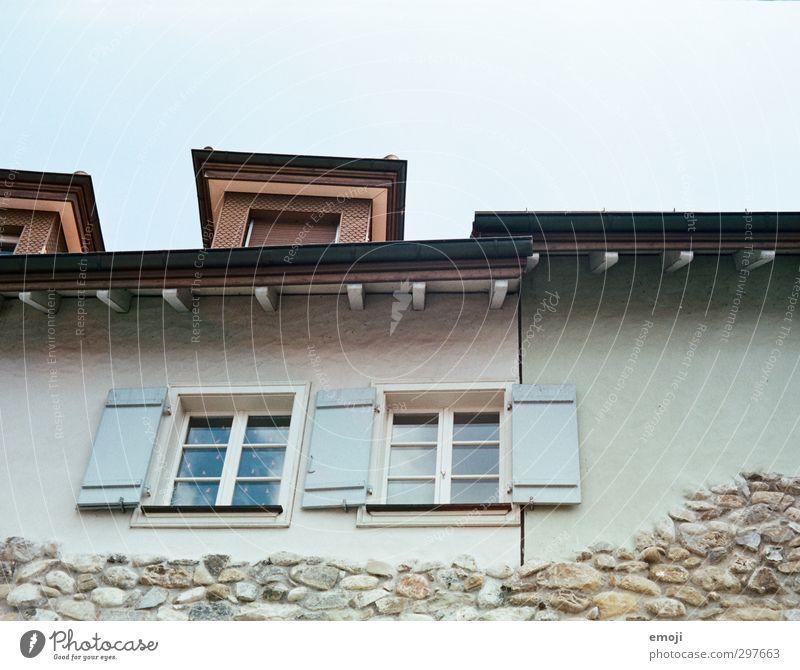 historisches Städtchen Kleinstadt Altstadt Haus Einfamilienhaus Mauer Wand Fassade Fenster alt Mauerstein Farbfoto Außenaufnahme Menschenleer Tag Totale