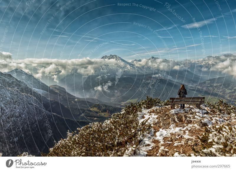 Wortlos feminin 1 Mensch Landschaft Himmel Wolken Horizont Herbst Winter Schönes Wetter Schnee Berge u. Gebirge Schneebedeckte Gipfel Blick gigantisch blau
