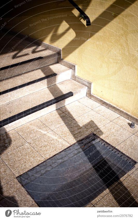 220 Ziffern & Zahlen Licht Schatten Hauseingang Eingang Flur Treppenhaus Niveau Fußmatte aufsteigen Abstieg Häusliches Leben Wohnhaus Menschenleer Textfreiraum