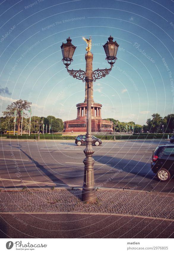 Kandelaber blau rot Wärme Berlin braun grau Park PKW Verkehr gold Platz historisch Sehenswürdigkeit Wahrzeichen Bauwerk Hauptstadt