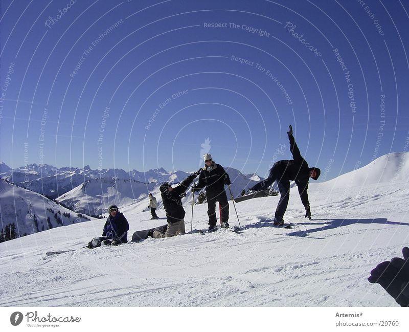the snowdogs Himmel Jugendliche blau weiß Freude Berge u. Gebirge Schnee lustig Stil Menschengruppe Freundschaft sitzen groß Schönes Wetter Pause Körperhaltung