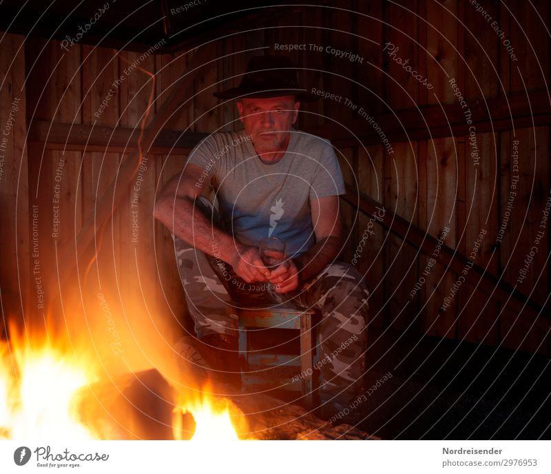 Grillhütte mit Lagerfeuer trinken Glas Sinnesorgane Erholung Freizeit & Hobby Abenteuer Freiheit Mensch maskulin Mann Erwachsene Mauer Wand Kamin Bekleidung Hut