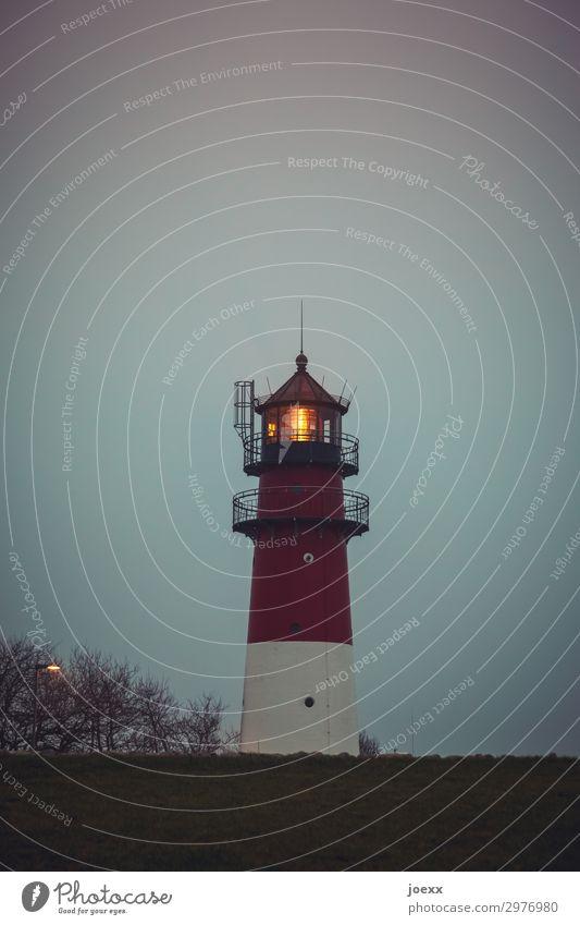 Nachtlicht Himmel alt weiß rot Herbst orange Idylle historisch Schutz Sehnsucht Fernweh Leuchtturm maritim Heimweh