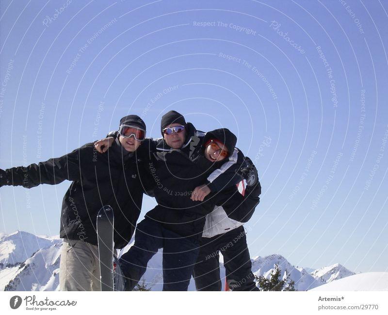 funky funky Himmel blau weiß Freude Berge u. Gebirge Schnee Menschengruppe Freundschaft Wolkenloser Himmel Skier Sonnenbrille Blauer Himmel Winterurlaub