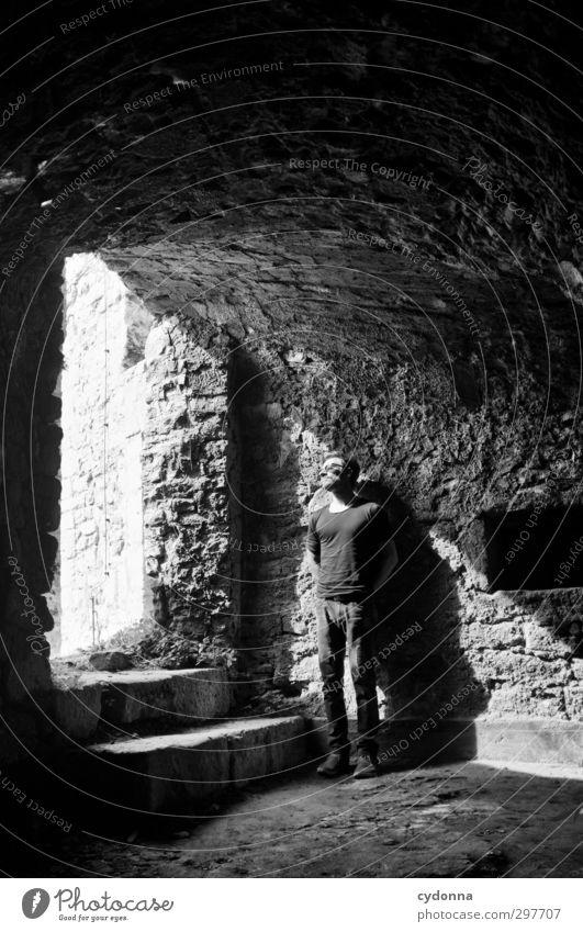 Bei Licht betrachtet Mensch Jugendliche schön ruhig Erwachsene Junger Mann Wand Traurigkeit Wege & Pfade Freiheit 18-30 Jahre Architektur Mauer Stil träumen