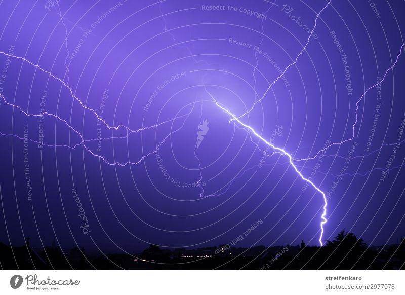 Heller Blitz an blauem Nachthimmel über Stadtsilhouette Umwelt Natur Urelemente Luft Himmel Wetter schlechtes Wetter Unwetter Gewitter Blitze leuchten