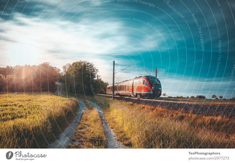 Hochgeschwindigkeitszug, der sich bei Sonnenuntergang durch die Natur bewegt. Ferien & Urlaub & Reisen Sommer Industrie Technik & Technologie Landschaft Himmel