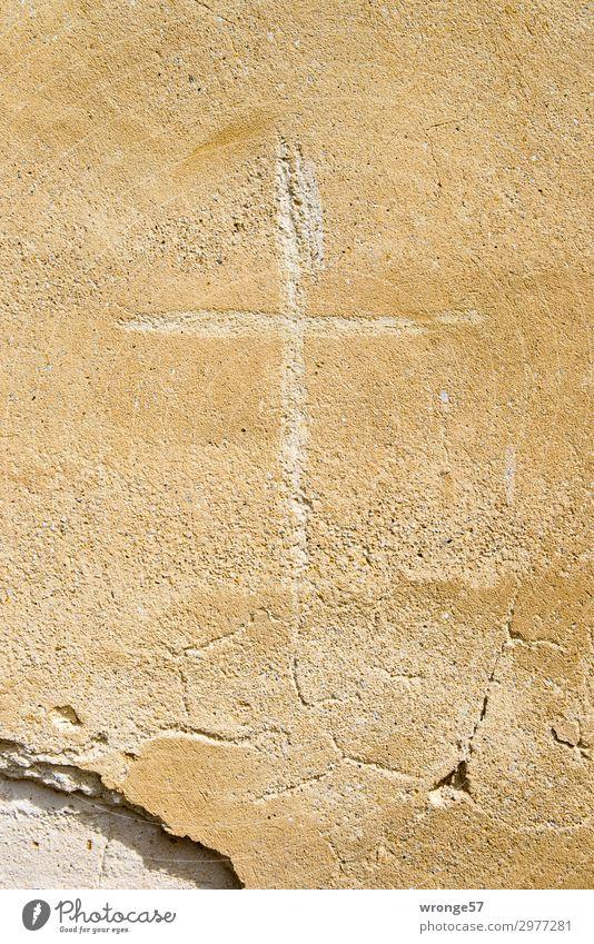 Immer an der Wand lang | Kreuzgang Mauer Fassade Stein Zeichen Graffiti braun Hoffnung Glaube demütig Religion & Glaube Gebäude Putzfassade Christliches Kreuz